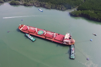 Haivanship tug assist CROWNED EAGLE (55,940 DWT) mooring buoys Haivanship-BP1