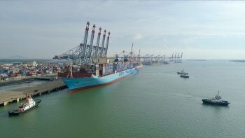 One of the world's largest container ships successfully docked at Vietnam CMIT port.