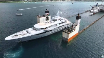 Amazing Aerial Video Of Yacht Carrier – Super Servant 4 At Work